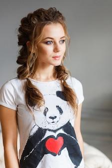 Portret van jonge stijlvolle freckled meisje op zoek naar kant.