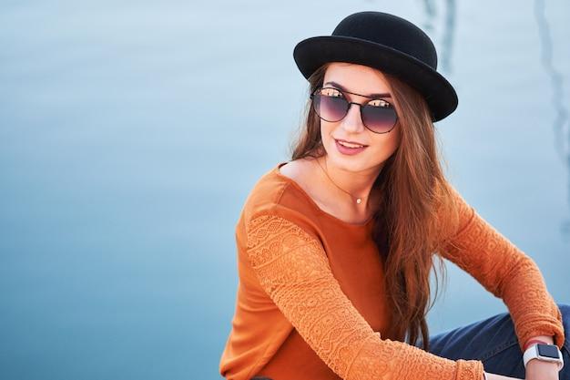 Portret van jonge stijlvolle meisje