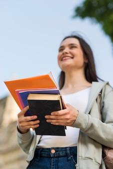 Portret van jonge student blij terug te zijn op de universiteit