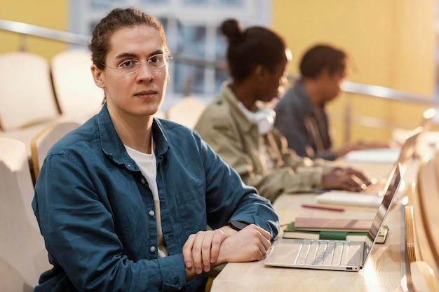 Portret van jonge student in de klas