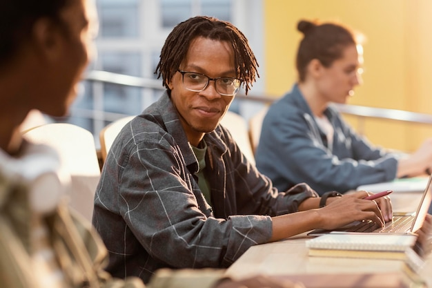 Portret van jonge student in de klas Gratis Foto