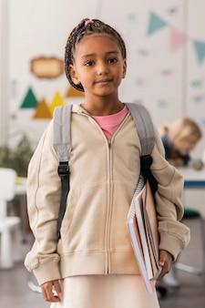 Portret van jonge student in klaslokaal