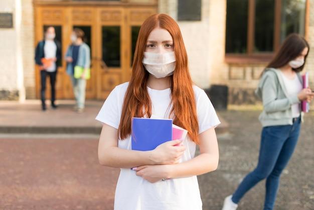 Portret van jonge student met gezichtsmasker