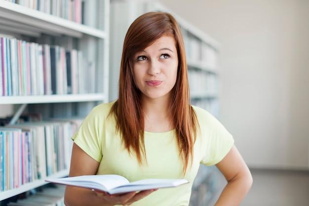 Portret van jonge studentenvrouw