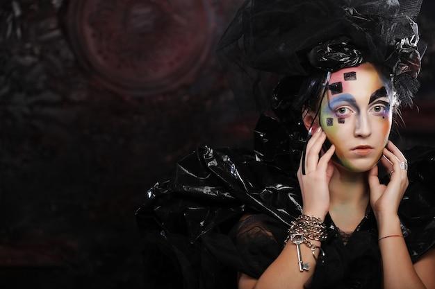Portret van jonge stylisnvrouw met creatief gezicht. halloween feest.