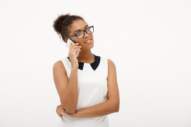 Portret van jonge succesvolle afrikaanse zakelijke dame op wit