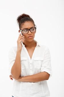 Portret van jonge succesvolle afrikaanse zakelijke dame op witte ba