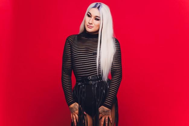 Portret van jonge transsexueelvrouw op zwarte kleding