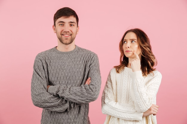 Portret van jonge verliefde paar gekleed in truien
