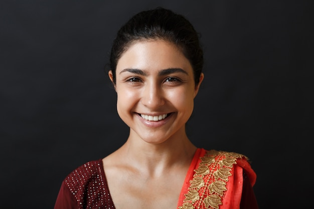 Portret van jonge volwassen indiase vrouw in sari. lachend gezicht.