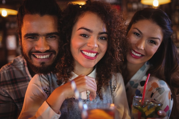 Portret van jonge vrienden die drankjes hebben