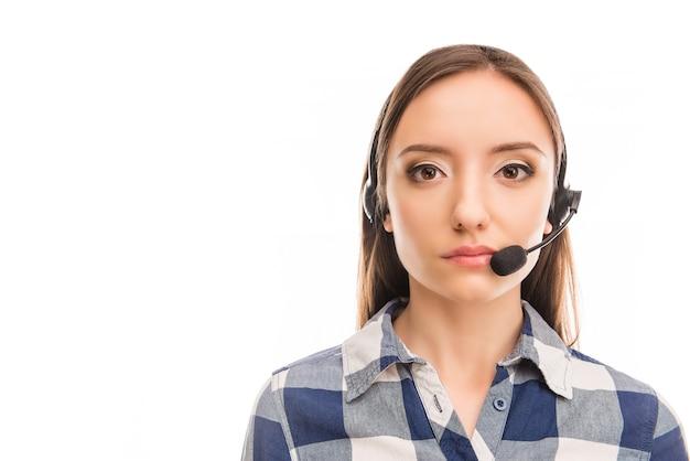 Portret van jonge vrolijke agent van callcenter close-up