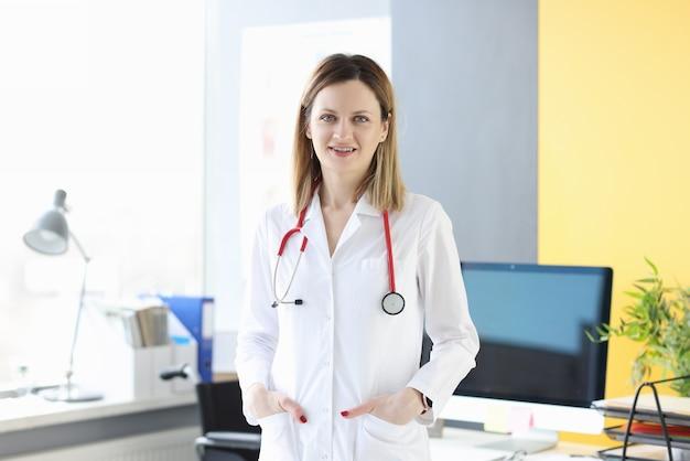 Portret van jonge vrouw arts in witte jas