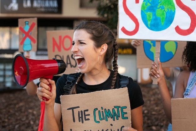 Portret van jonge vrouw die protesteert tegen klimaatverandering