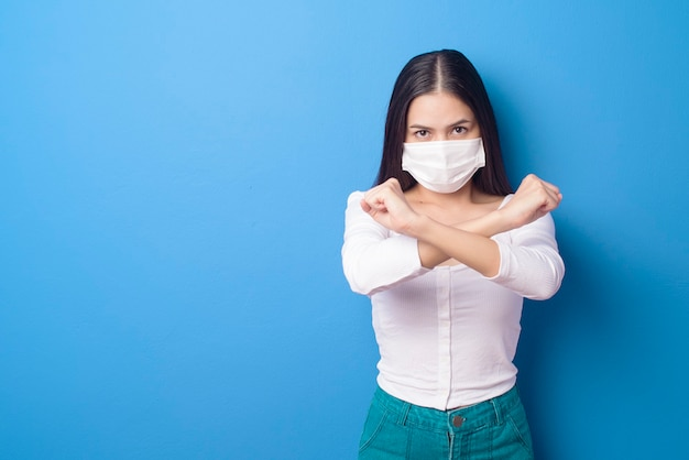 Portret van jonge vrouw draagt gezichtsmasker