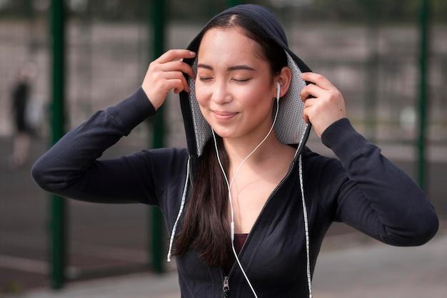 Portret van jonge vrouw gelukkig om in openlucht op te leiden
