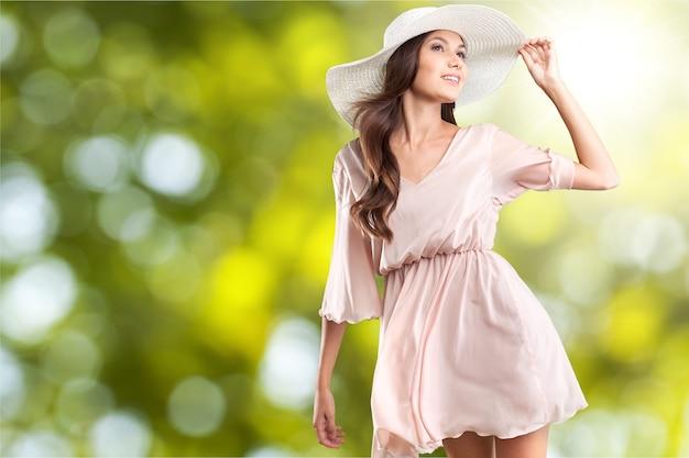 Portret van jonge vrouw in mooie jurk en hoed