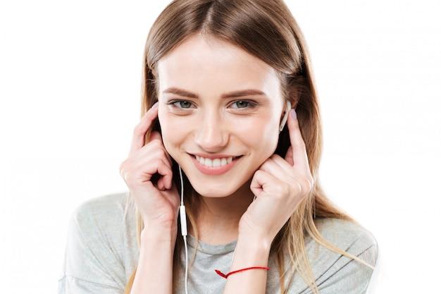 Portret van jonge vrouw luisteren muziek
