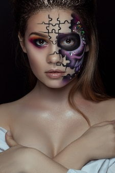 Portret van jonge vrouw met doen schrikken halloween-make-up over zwarte