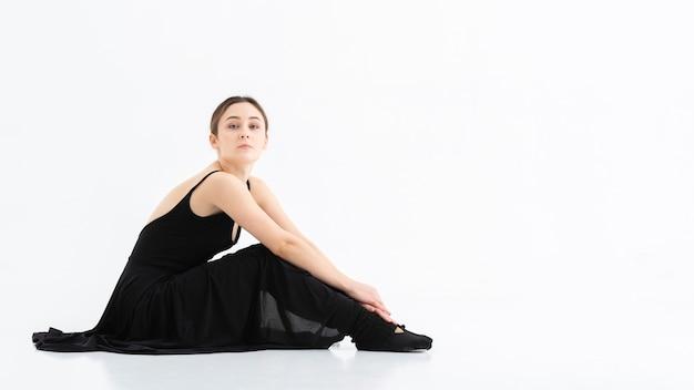 Portret van jonge vrouw met exemplaarruimte