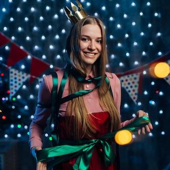 Portret van jonge vrouw met grote lintboog bij lichaam