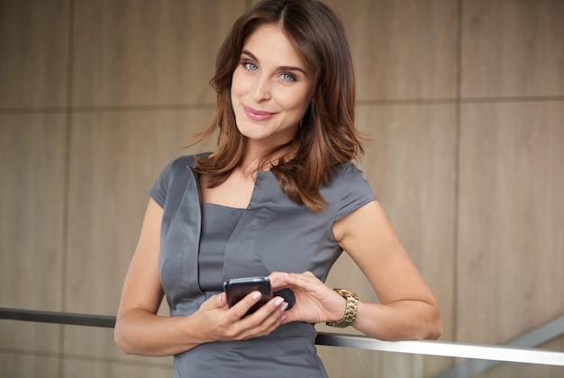 Portret van jonge vrouw met mobiele telefoon