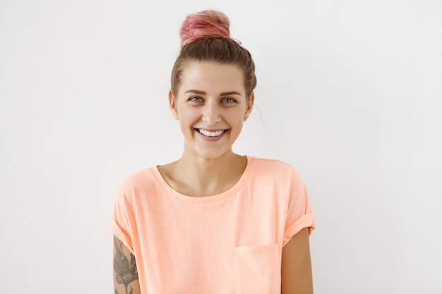 Portret van jonge vrouw met roze haar