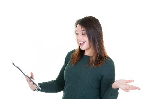Portret van jonge vrouw met verrast telefoon kijkt smartphone