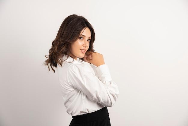 Portret van jonge vrouw op wit.