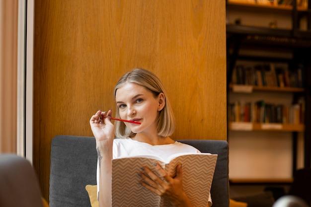 Portret van jonge vrouw studeren