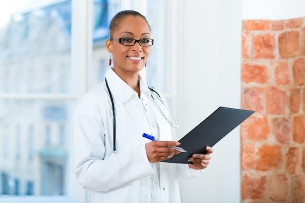 Portret van jonge vrouwelijke arts in de kliniek