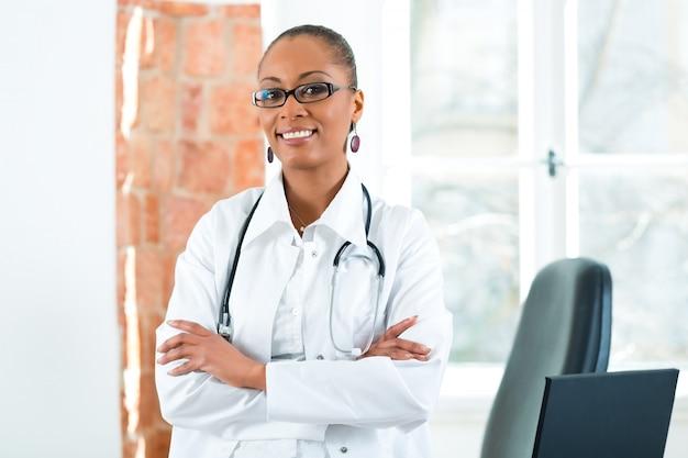 Portret van jonge vrouwelijke arts in kliniek