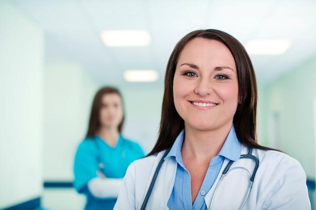 Portret van jonge vrouwelijke arts met intern