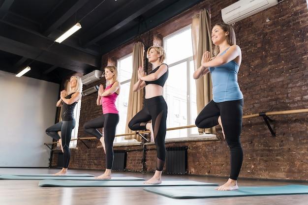 Portret van jonge vrouwen die samen bij de gymnastiek opleiden