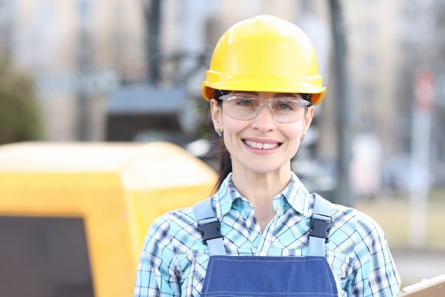 Portret van jonge vrouwenbouwer in bouwvakker