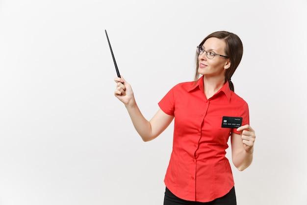 Portret van jonge zakelijke leraar vrouw in rood shirt, bril met cedit bankkaart, woodenpointer op kopie ruimte geïsoleerd op een witte achtergrond. onderwijs onderwijzen in het concept van de middelbare school universiteit.