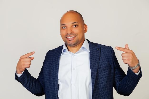 Portret van jonge zakenman glimlachend vol vertrouwen tonen en wijzen met vingers tanden en mond.