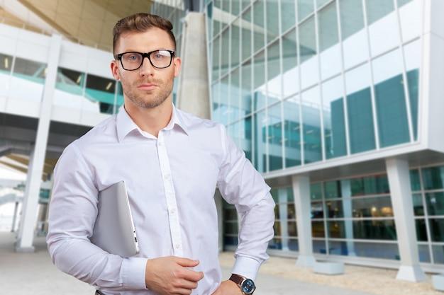 Portret van jonge zakenman met laptop