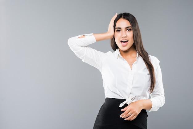 Portret van jonge zakenvrouw herinnert zich plotseling iets belangrijks geïsoleerd op grijs