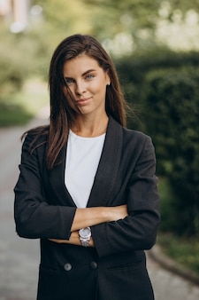 Portret van jonge zakenvrouw in park