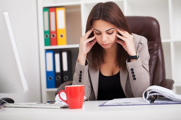 Portret van jonge zakenvrouw op haar kantoor