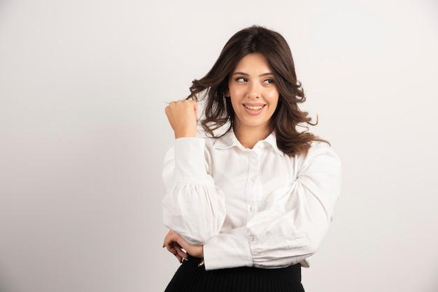 Portret van jonge zakenvrouw op wit.