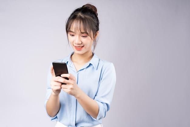 Portret van jonge zakenvrouw op witte achtergrond