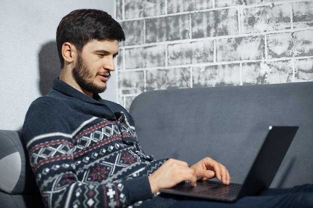 Portret van jonge zelfverzekerde man