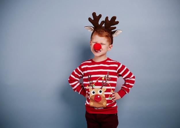 Portret van jongen in kerstmiskostuum