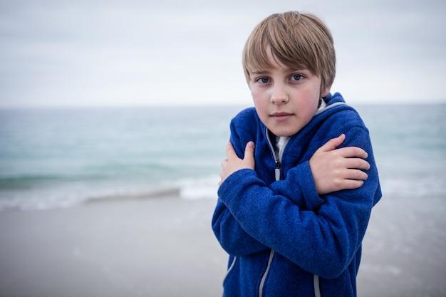 Portret van jongen in matroos die koud voelen