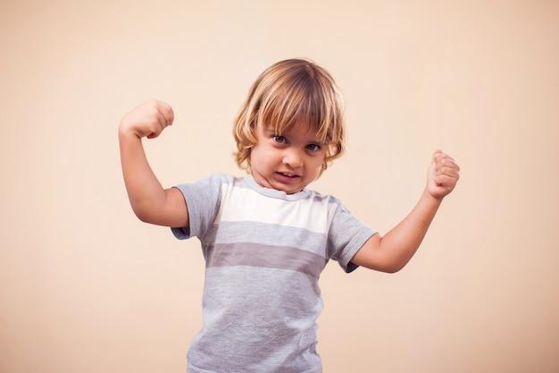 Portret van jongen jongen met sterke handen. kinderen en gezondheid concept