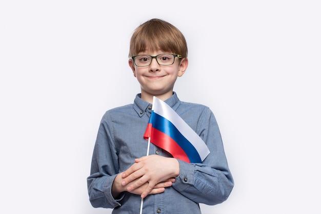 Portret van jongen met de russische vlag