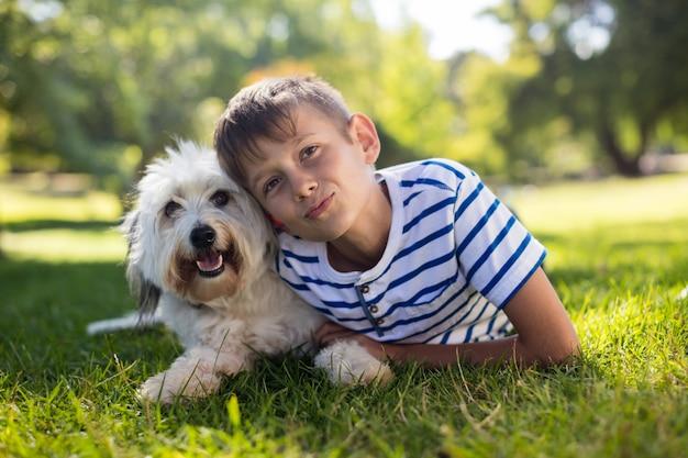 Portret van jongen met hond in park