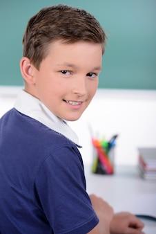Portret van jongen op schoolklaslokaal